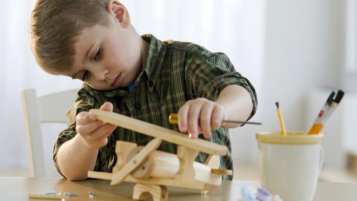 Criança aprendendo construir